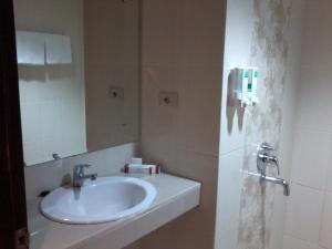 A bathroom at Hotel Bandara Syariah