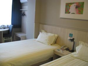 Кровать или кровати в номере Jinjiang Inn Xi'ning Dashizi Mojia Street