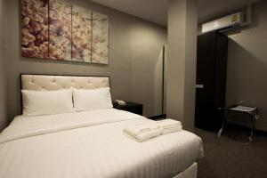 A bed or beds in a room at Sakura Sky Residence