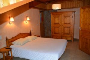 A bed or beds in a room at Hôtel Alpis Cottia