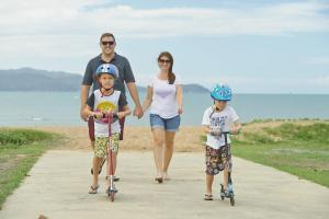 A family staying at BIG4 Rowes Bay Beachfront Holiday Park