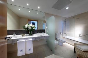 A bathroom at Eurostars Zaragoza