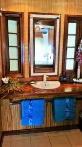 A bathroom at Miki Miki Lodge