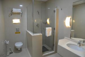 Um banheiro em The Palace Suites