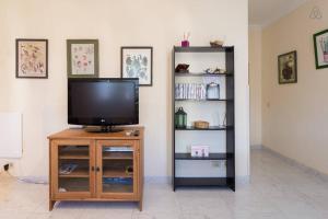 Una televisión o centro de entretenimiento en Apartamento Maya