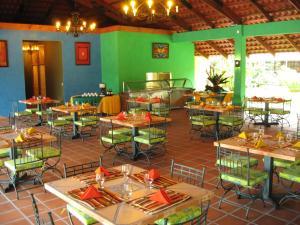Un restaurante o sitio para comer en La Baula Lodge