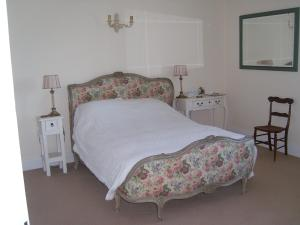 A bed or beds in a room at The Hall Farm Bed And Breakfast