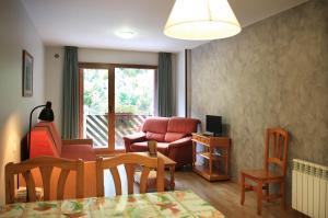 A seating area at Apartaments Turistics Sant Roma