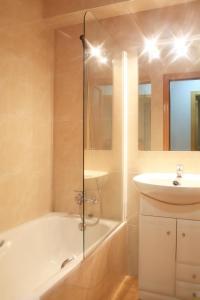 A bathroom at Apartaments Turistics Sant Roma
