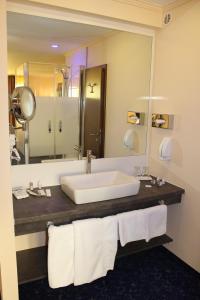 A bathroom at Grand Hotel Empire