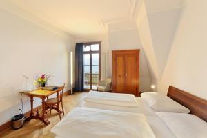 Ein Bett oder Betten in einem Zimmer der Unterkunft Jugendstilhotel Paxmontana