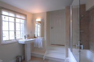 A bathroom at Unicorn Aparthotel Suites