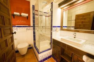 Een badkamer bij 4-Sterne Erlebnishotel El Andaluz, Europa-Park Freizeitpark & Erlebnis-Resort