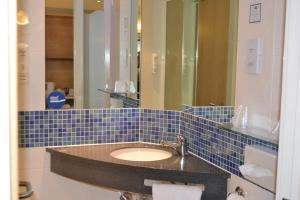 A bathroom at Holiday Inn Express Doncaster, an IHG Hotel