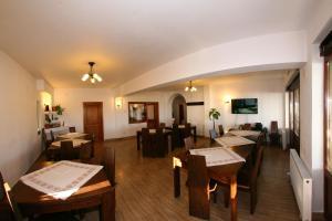 Un restaurant sau alt loc unde se poate mânca la Pensiunea Muntele Alb