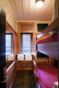 Våningssäng eller våningssängar i ett rum på The Jane Hotel