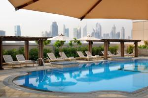 Бассейн в Crowne Plaza - Dubai Jumeirah, an IHG Hotel или поблизости