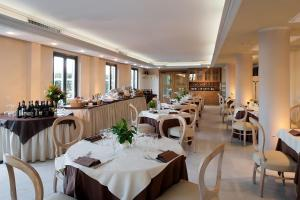 A restaurant or other place to eat at Grand Hotel Bonanno