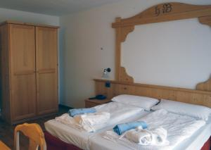 A bed or beds in a room at Hotel Belvedere Wellness & Family
