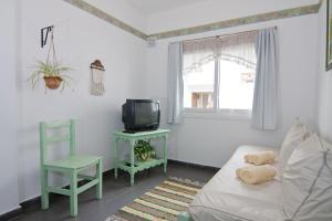 Una televisión o centro de entretenimiento en Suites Mirage