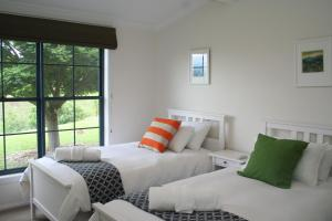 A bed or beds in a room at Kia Ora Lookout Retreat