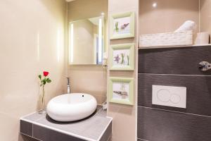 A bathroom at Bavaria Hotel Münchner Hof Superior