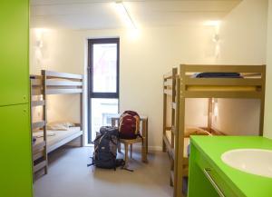 Ein Etagenbett oder Etagenbetten in einem Zimmer der Unterkunft De Ploate Hostel