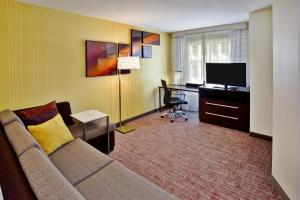 A seating area at Residence Inn by Marriott Chicago Wilmette/Skokie