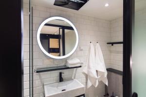 A bathroom at Hotel With Urban Deli