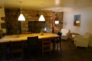A restaurant or other place to eat at Totters Hostel