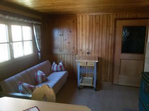 Ein Sitzbereich in der Unterkunft Almhütte Stoffer