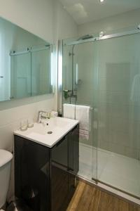 A bathroom at Best Western Le Comtadin