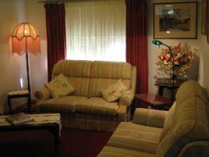 A seating area at Cuddledoon Cottages Rutherglen