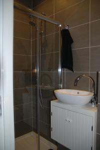 A bathroom at Bed & Breakfast Obrechtstraat