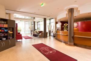 The lobby or reception area at Leonardo Hotel Aachen