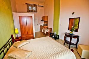 En eller flere senger på et rom på Siraina's Studios
