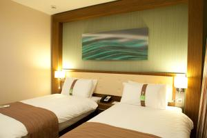 A bed or beds in a room at Holiday Inn Derby Riverlights, an IHG Hotel