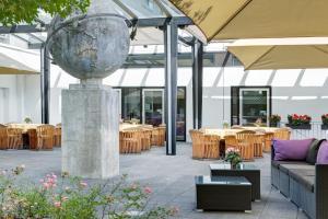 Een restaurant of ander eetgelegenheid bij IntercityHotel Frankfurt Airport