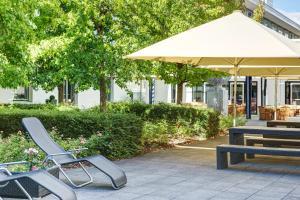 Een patio of ander buitengedeelte van IntercityHotel Frankfurt Airport