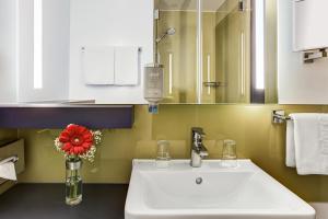 Een badkamer bij IntercityHotel Frankfurt Airport