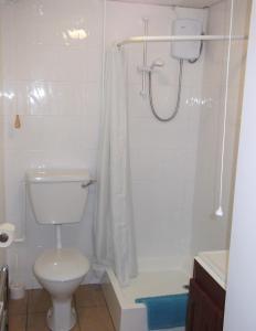 A bathroom at Wheal Rodney Holiday Park