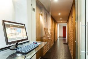 Zona business o sala de conferencias en Travelers Orange Suites