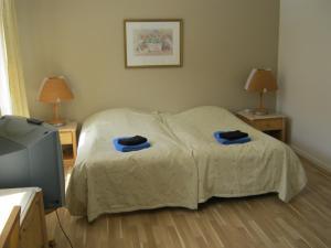 A bed or beds in a room at Pensionat Slottstorget
