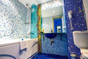 A bathroom at Aqua Hotel