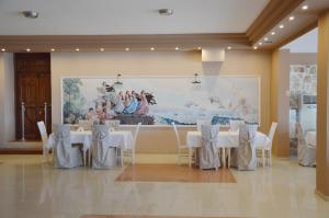 A restaurant or other place to eat at Alia Palace Hotel - Adults Only 16+