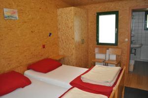 Ein Bett oder Betten in einem Zimmer der Unterkunft Gästedorf Waldheimat