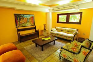 Uma área de estar em Orange Praia Hotel