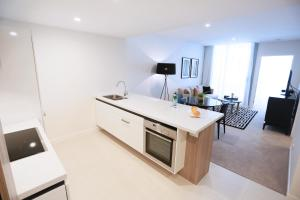 A kitchen or kitchenette at Alex Perry Hotel & Apartments