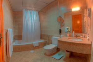 A bathroom at Asfar Resorts Al Ain