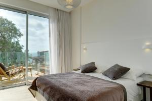 A bed or beds in a room at Residence Beach Hotel